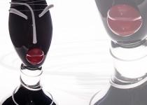 Dama su lėkšte stiklo gaminiai